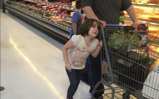 Cena de menina amarrada pelo cabelo foi postada no Facebook