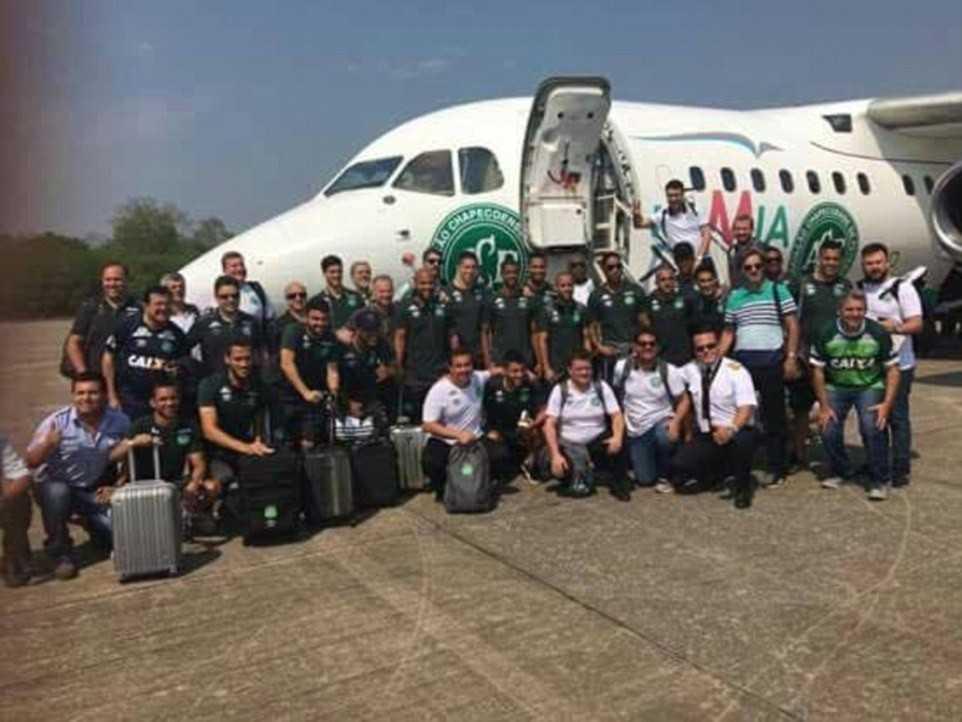 Todos os jogadores e a comissão técnica da Chapecoense posaram para foto à frente do avião, antes de embarcar na Bolívia rumo a Medellín.