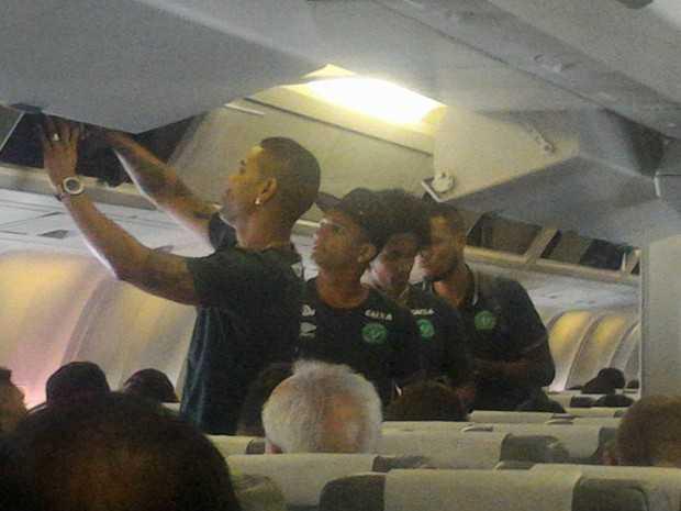 Foto postada pelo jornalista Rafael Henzel, da rádio Oeste Capital, mostra jogadores da Chapecoense