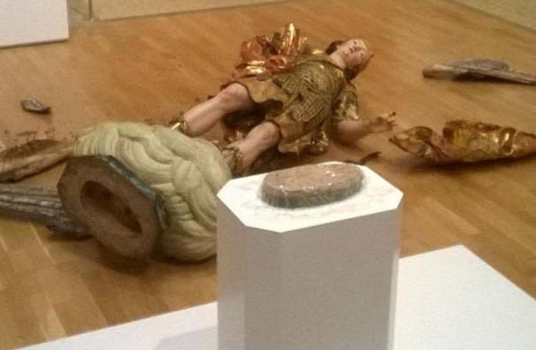 Brasileiro destrói estátua do século XVIII ao tentar tirar selfie em museu de Lisboa