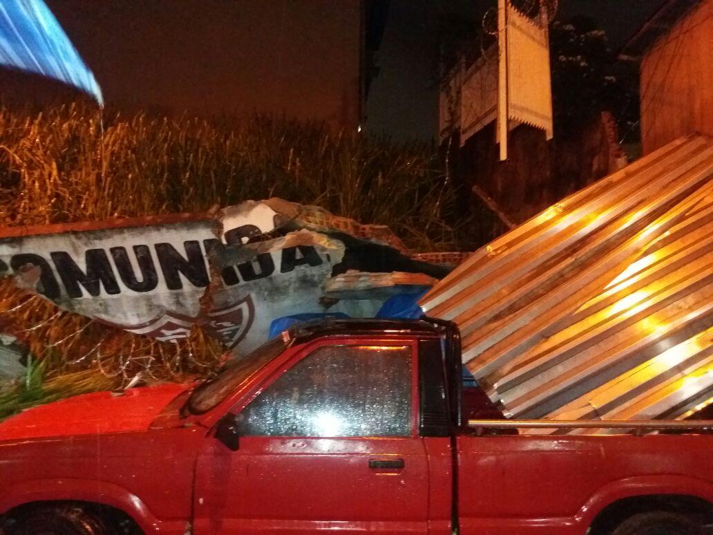 Queda de muro na Av Barcelos com Travessa Nhamundá, Praça 14. - Imagens: No Amazonas é Assim