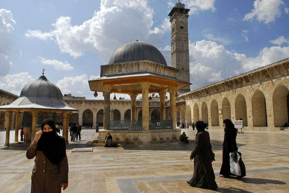 Visitantes caminham na Grande Mesquita de Alepo, na parte histórica da cidade, em abril de 2007