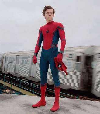 Marcando sua primeira vez vestindo o uniforme do Homem-Aranha, Tom Holland dará vida ao herói em um filme solo, após aparecer brevemente em Capitão América: Guerra Civil. Seu filme, Homem-Aranha: De Volta ao Lar, chega no dia 6 de julho e ainda traz Robert Downey Jr. em seu icônico papel de Tony Stark, mais conhecido como Homem de Ferro.