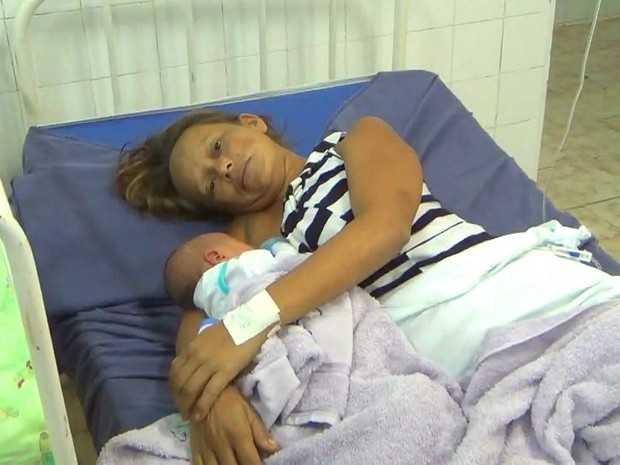 Francisca Souza dos Santos, de 33 anos, tece o filho sozinha, perdida na selva