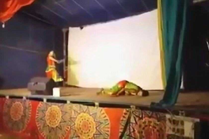 Dançarino morre durante show e público pensa que isso faz parte do ato