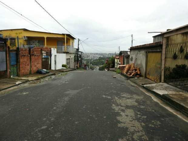 Crime ocorreu na rua das Pérolas, no Conjunto Nova Floresta (Foto: Adneison Severiano/G1 AM)