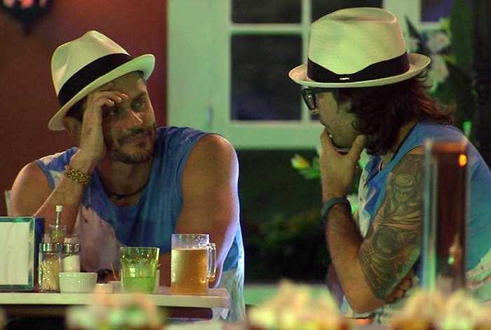Marcos e Ilmar conversam na festa da madrugada desta quinta-feira/ Reprodução