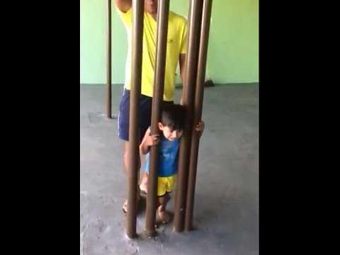 Menino de 2 anos fica com a cabeça presa em barras de ferro e vídeo viraliza - Imagem reprodução do Youtube