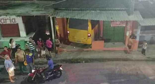 Micro-ônibus desgovernado atropela e invade uma distribuidora de bebidas / Divulgação