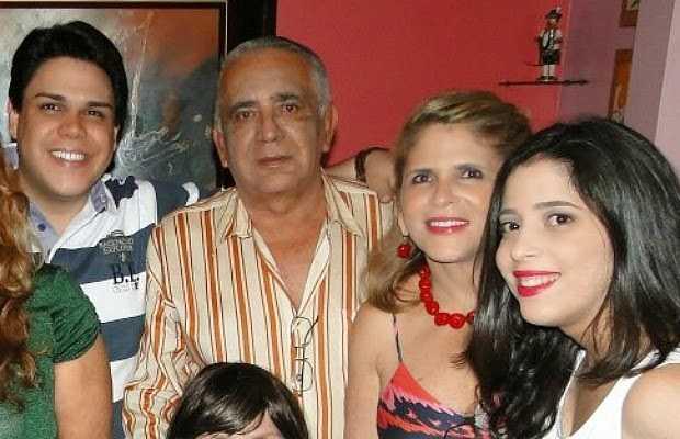 Jimmy, Roberval, Maria Gracilene e Gabriela aparecem juntos em foto em festa de Revéillon (Foto: Reprodução/TV Amazonas)