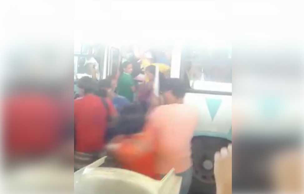 Cinegrafista amador flagra momento em que porta de ônibus sucateado cai durante entrada de passageiros / Reprodução