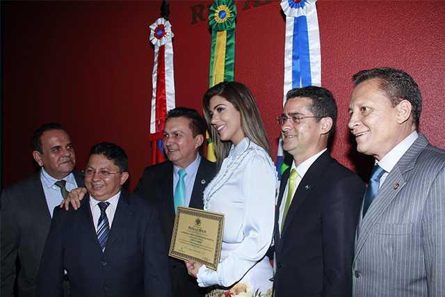 Deputados entregando a honraria à Vivian Amorim, Ex-BBB