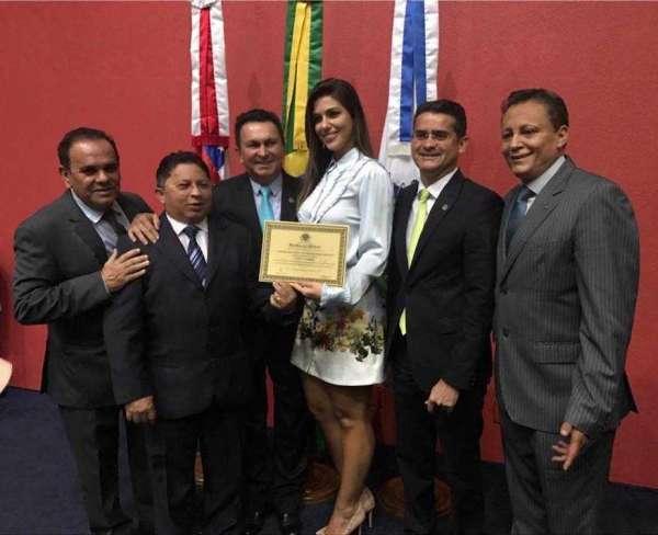 Na foto da lambança com a ex-BBB Vivian Amorim estão os deputados : Orlando Cidade (PTN) , Sinésio Campos (PT),Sabá Reis (PR), David Almeida (PSD), Adjuto Afonso (PDT)