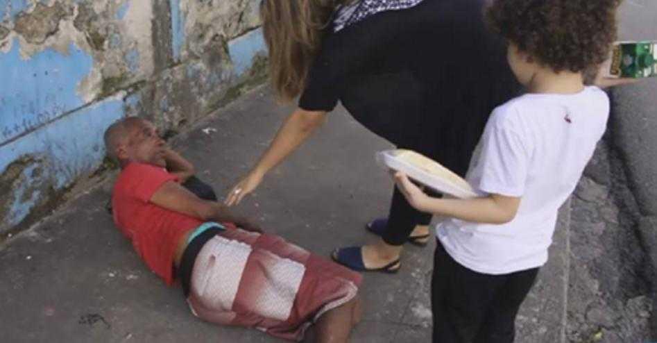 Garoto é desafiado a jogar água em mendigo e o que mas o que ele fez ao encontrar os moradores de rua é simplesmente arrepiante!
