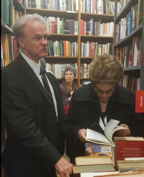 James N Green e Dilma Rousseff passeando juntos / Divulgação