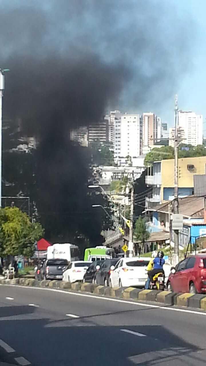 Manifestantes bloqueiam com fogo a Ponte do Sao Jorge em Manaus - Imagem via Whatsapp