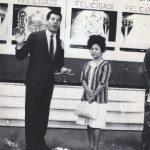 """Foto rara de Silvio Santos apresentando o """"Roda Roda""""(Foto: Reprodução / Twitter)"""
