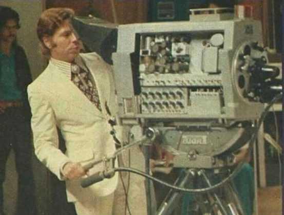 Foto de Silvio Santos atrás da câmera em seu programa (Foto: Reprodução / Twitter)