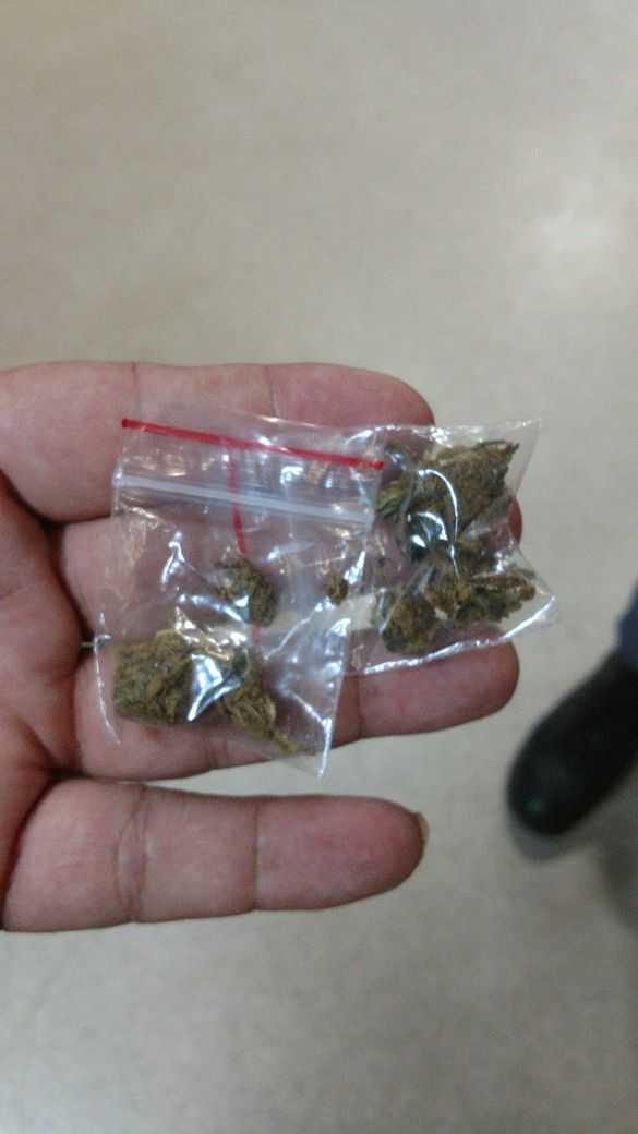 A polícia encontrou várias porções de maconha dentro do BMW DE PLACA OAO-0204