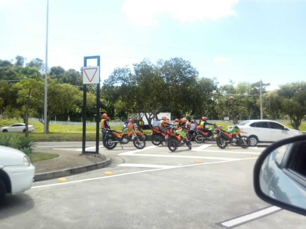 Protesto de mototaxistas e taxistas em frente ao Aeroporto Internacional Eduardo Gomes - Imagem: via Whatsapp