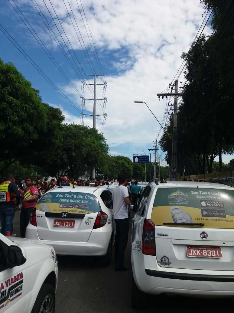 Mototaxistas e taxistas se unem em protesto em frente a sede da Prefeitura de Manaus -Imagens: No Amazonas é assim