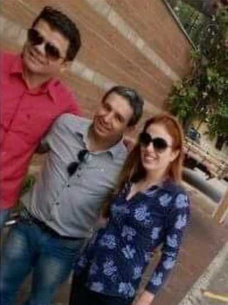 Suzane von Richtofen posa para selfie ao lado do noivo (de vermelho), em cidade no interior de São Paulo Condenada a 39 anos de prisão por ter planejado as mortes dos pais, em 2002, Suzane von Richtofen  experimenta o status de 'celebridade' durante as saídas temporárias da Penitenciária do Tremembé, onde cumpre sua pena.  De acordo com nota publicada pela blogueira Keila Jimenez, do porta R7 , Suzane tem sido requisitada para tirar selfies e até mesmo para distribuir autógrafos durante passeios pelas cidades de Itupeva e Angatuba, no interior de São Paulo- Reprodução KTV (R7)
