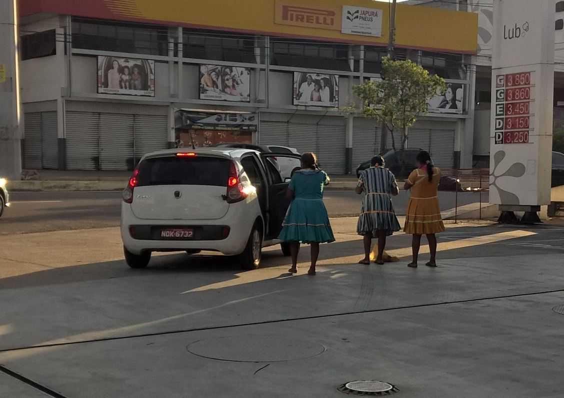 Suposta foto de índias venezuelanas chegando de táxi para pedir esmolas revolta internautas manauaras / Imagem recebida no Whatsapp