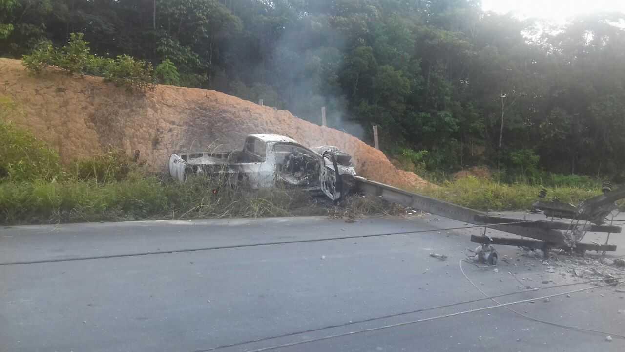 Carro pega fogo após bater em poste na AM 010 - Imagem: via Whatsapp