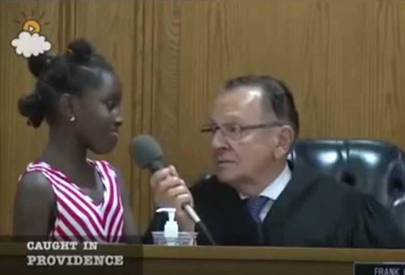 Juiz chama menina para juntos decidirem qual será sentença da própria mãe -Imagem: Reprodução Youtube