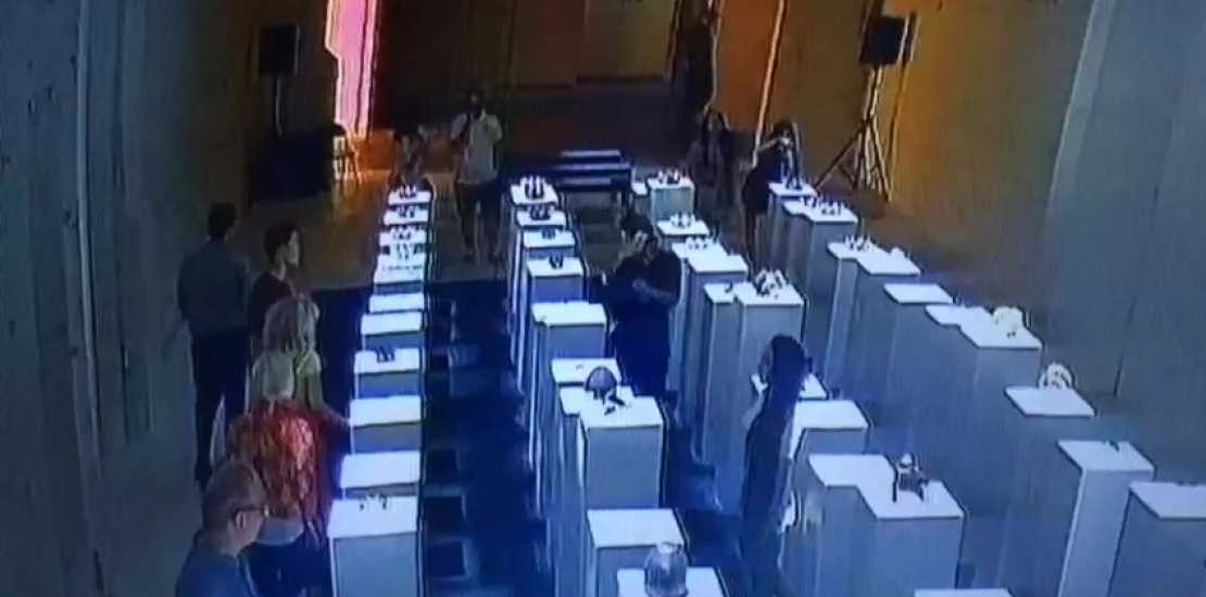 Mulher tenta tirar selfie, cai e causa prejuízo de US$ 200 mil - Imagem de reprodução do Youtube