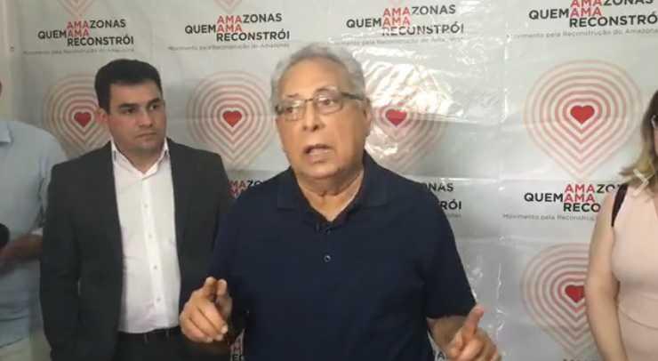 Amazonino Mendes durante a coletiva à imprensa / Reprodução Facebook