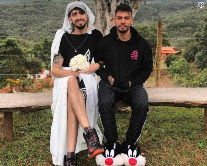 Cantor Lucas Lucco posa ao lado de 'noivo' e internet vai à loucura: 'Estou muito feliz' / Divulgação