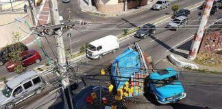 Caminhão com 300 caixas de cerveja tomba em avenida de Manaus - Imagem: Via Whatsapp