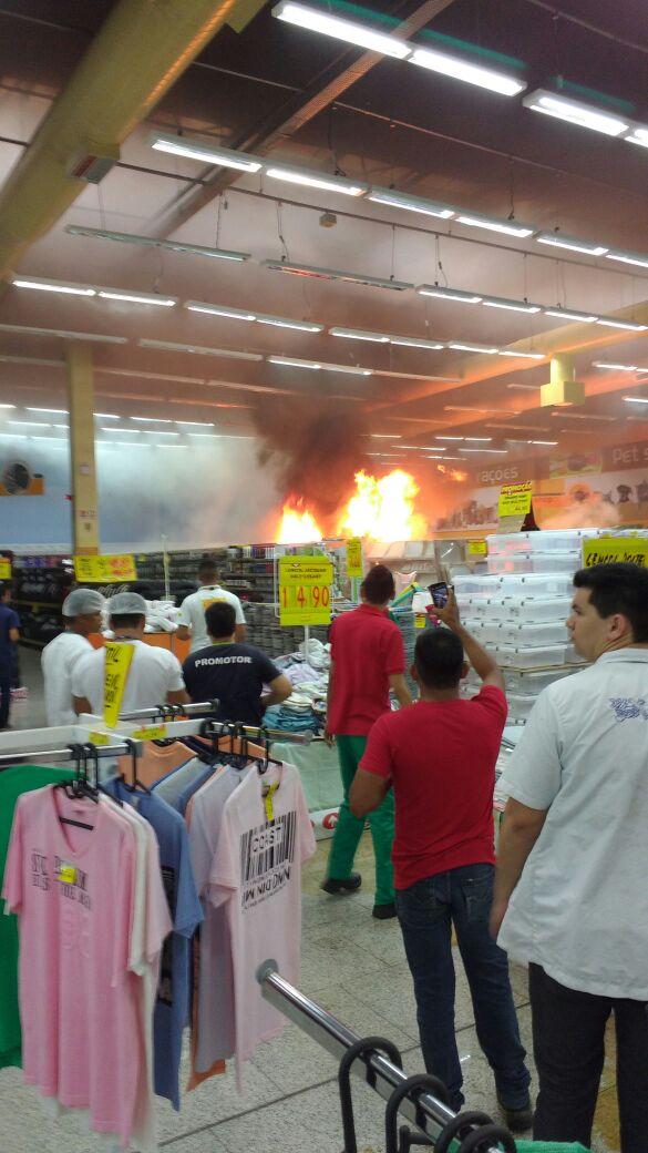 Incêndio em Hiper Supermercado assusta clientes em Manaus - Imagem - Via Whatsapp
