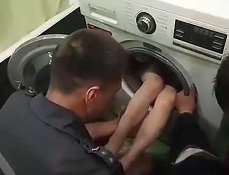 Menino fica preso em máquina de lavar enquanto brincava de manja esconde - Imagem de reprodução