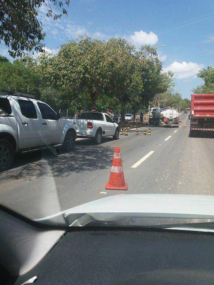 Motorista de caminhão fica preso às ferragens em acidente na av do Turismo em Manaus - Imagem: No Amazonas é Assim