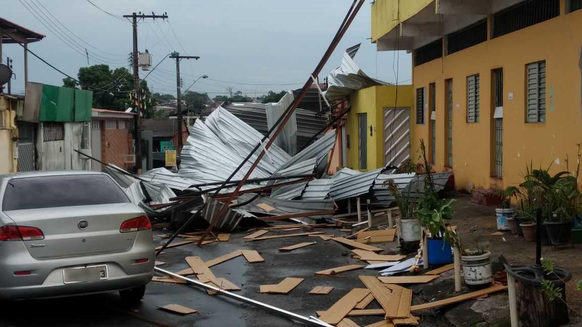 Madrugada de chuva e ventos fortes causam destruição em Manaus / Divulgação