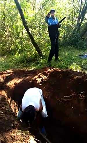 Vídeo mostra criminosos forçando vítimas a cavarem a própria cova - Imagem: Reprodução Youtube