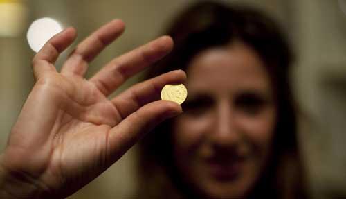 Achar moeda no chão é sinal de sorte;