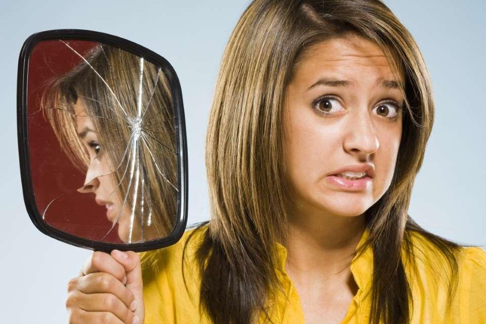 Quebrar o espelho dá 7 anos de azar;