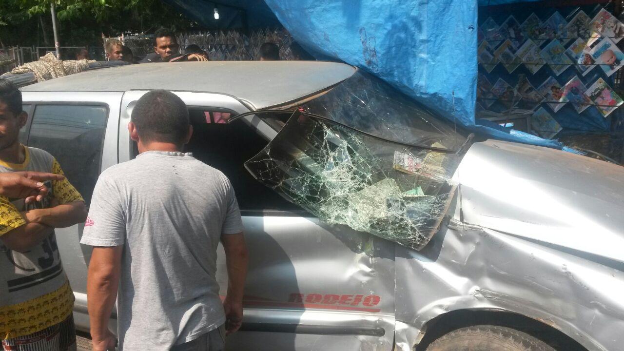 Carro invade a calçada e deixa mulher ferida em Manaus - Imagem: Via Whatsapp
