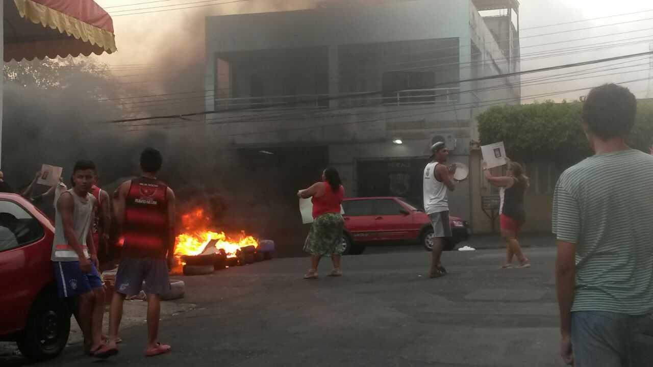 Moradores bloqueiam avenida Duque de Caxias durante protesto na Praça 14 em Manaus - Imagem: No Amazonas é Assim