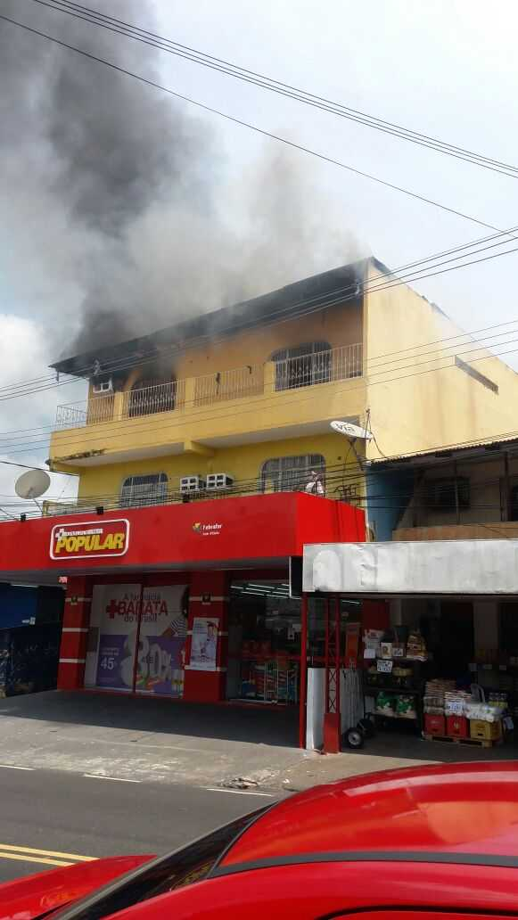 Incêndio atinge prédio onde funciona Farmácia Popular na Compensa - Imagem: Via Whatsapp