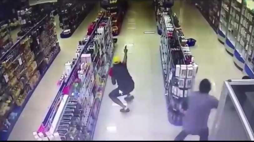 Policial e baleado durante assaldo em drogaria - Imagem: Reprodução Youtube