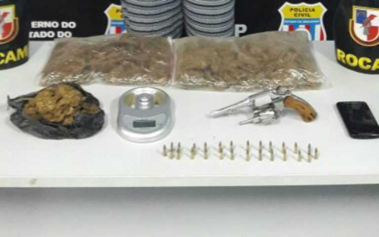 Drogas e armas encontradas com a Samara Lira de Souza, mulher do traficante 'Bob Marley' / Divulgação