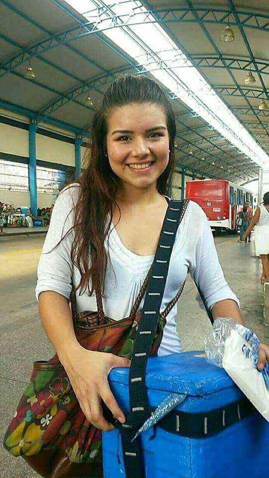 Venezuelana vendedora de picolé no T2 em Manaus causa barulho nas redes sociais / Divulgação