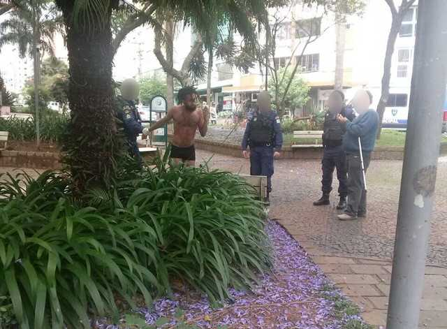 Bailarino é levado em camisa de força por guardas municipais durante apresentação em praça - Imagem: Reprodução