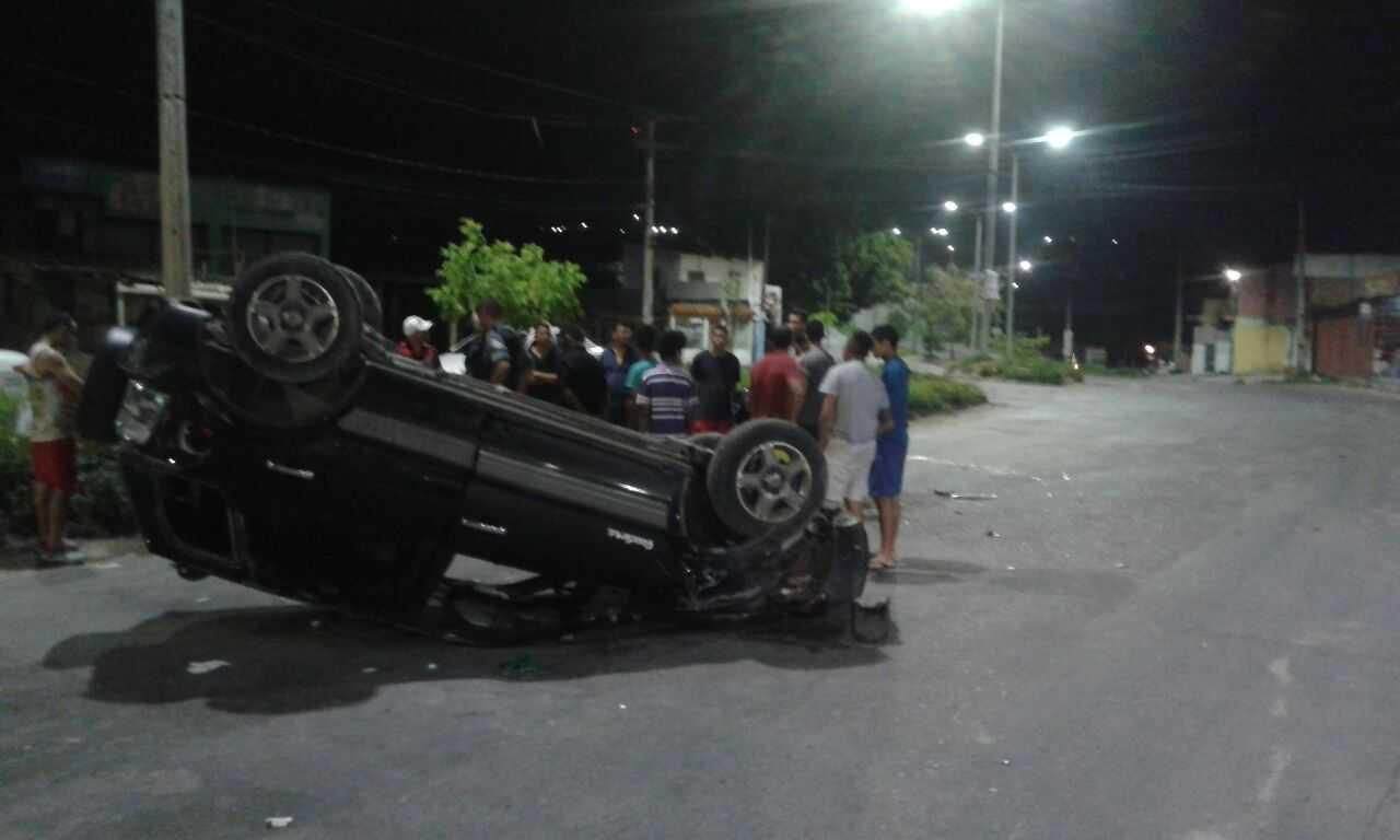 Carro capota durante acidente no Nova Cidade, em Manaus- Imagem: Via Whatsapp