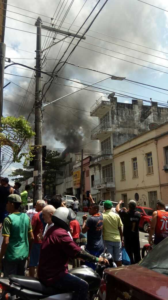 Incêndio de grandes proporções atinge casa no Centro de Manaus - Imagem: Via Portal do Capitão