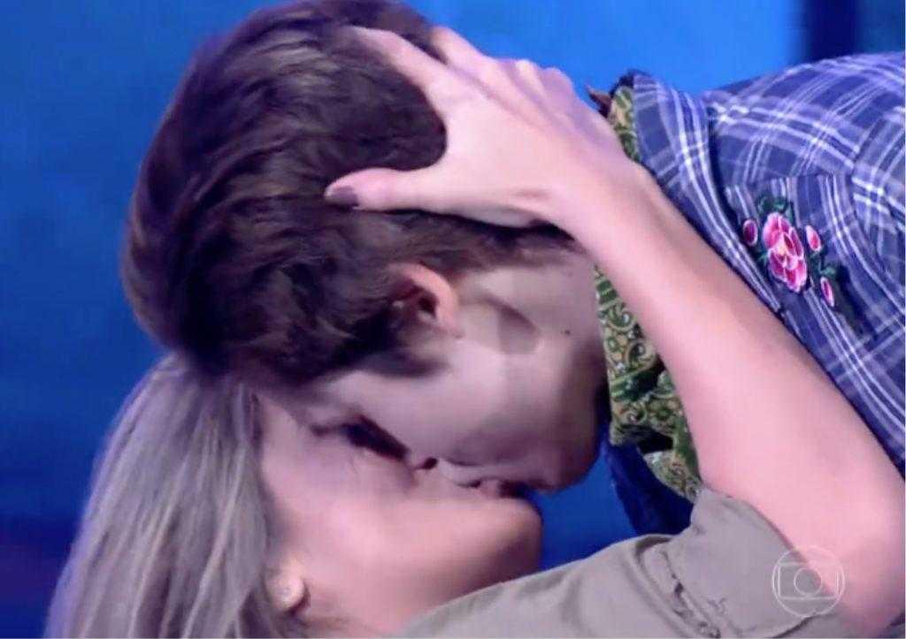Beijão de Nicolas Prattes em professora foi tido como apelação (Foto: Reprodução)